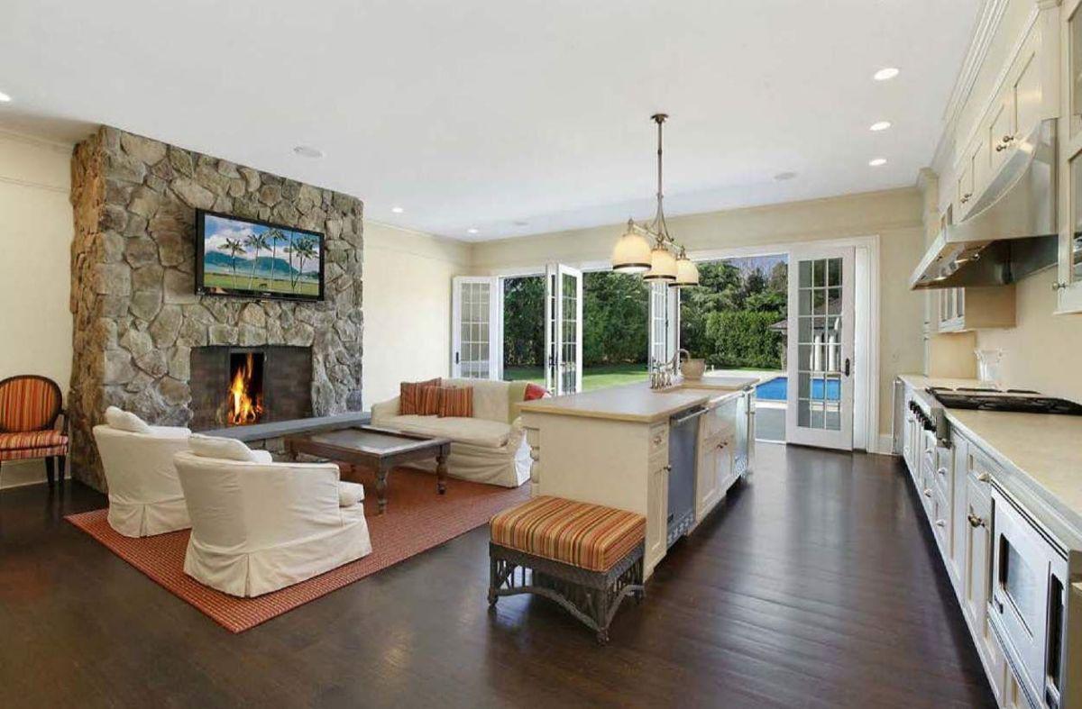 кухня гостиная дизайн интерьера в доме с камином