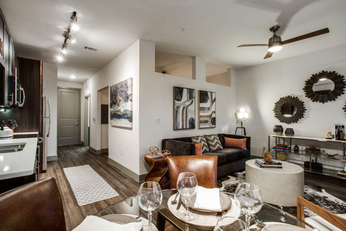 кухня гостиная ститльный светлый дизайн интерьера