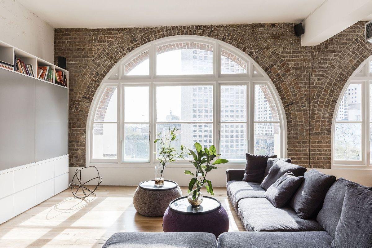 панорамные окна в дизайне квартиры в стиле лофт