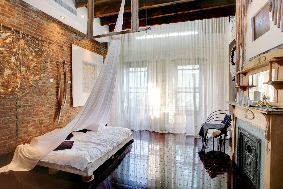 спальня с балдахином в стиле лофт