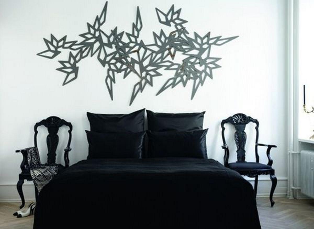 спальня с чёрной кроватью