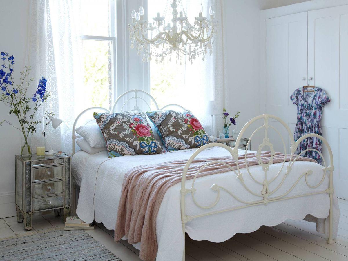 винтаж в интерьере дома спальня в нежных пастельных тонах