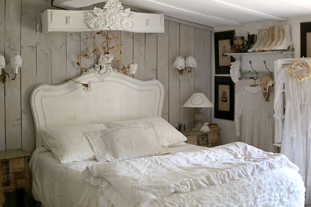 винтажный дизайн уютной спальни с белой постелью
