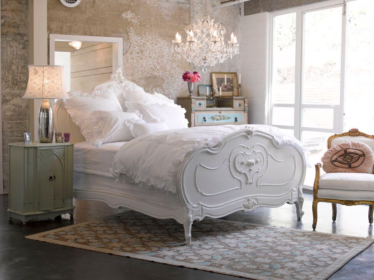 винтажный дизайн в квартире спальня с белой кроватью и стенами со штукатуркой