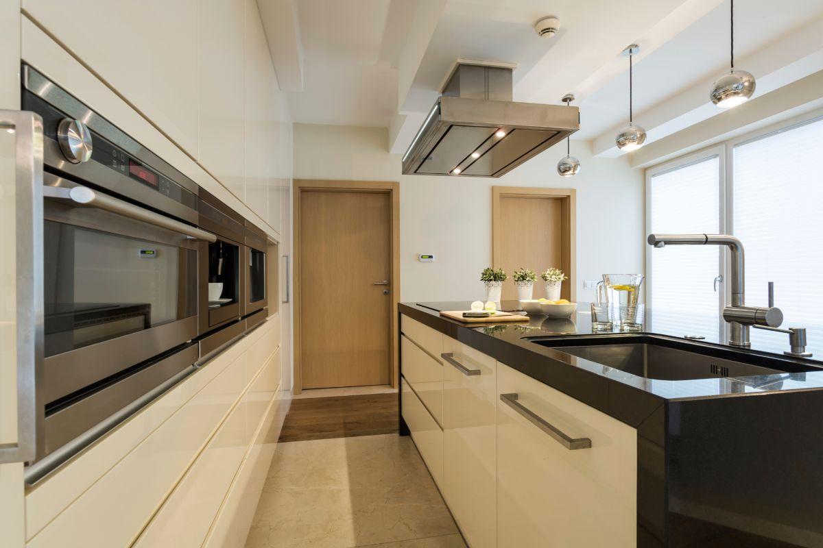 бежевый дизайн узкой кухни