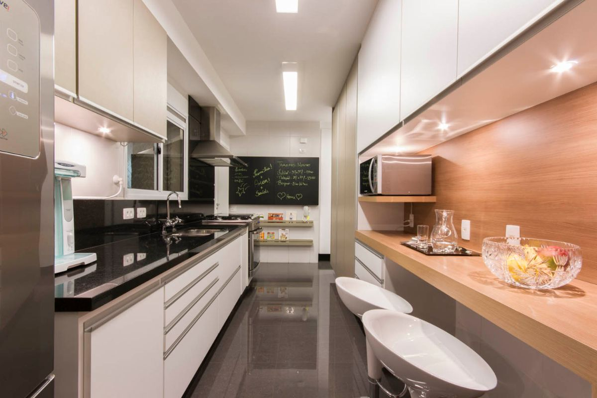 чёрно-белый дизайн узкой кухни