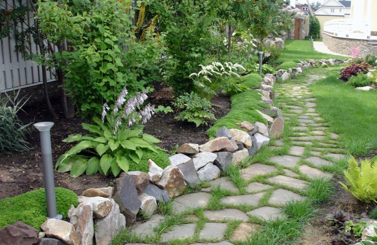 дизайн садового участка с дорожкой из камней