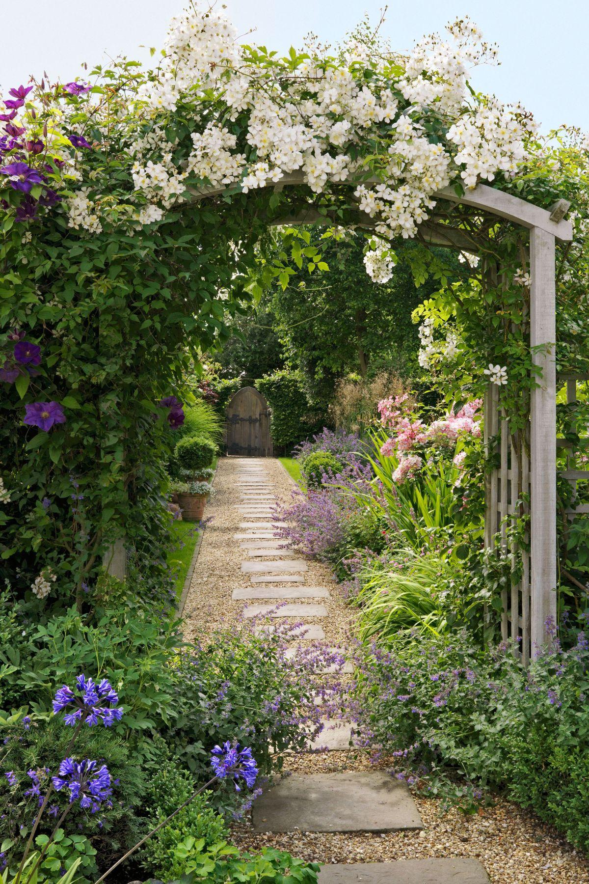 дизайн садового участка с цветочной аркой
