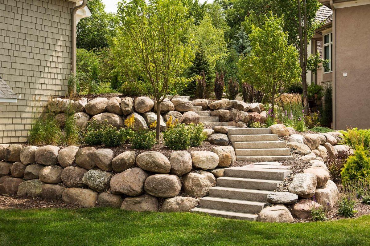дизайн садового участка ступени и грубые камни