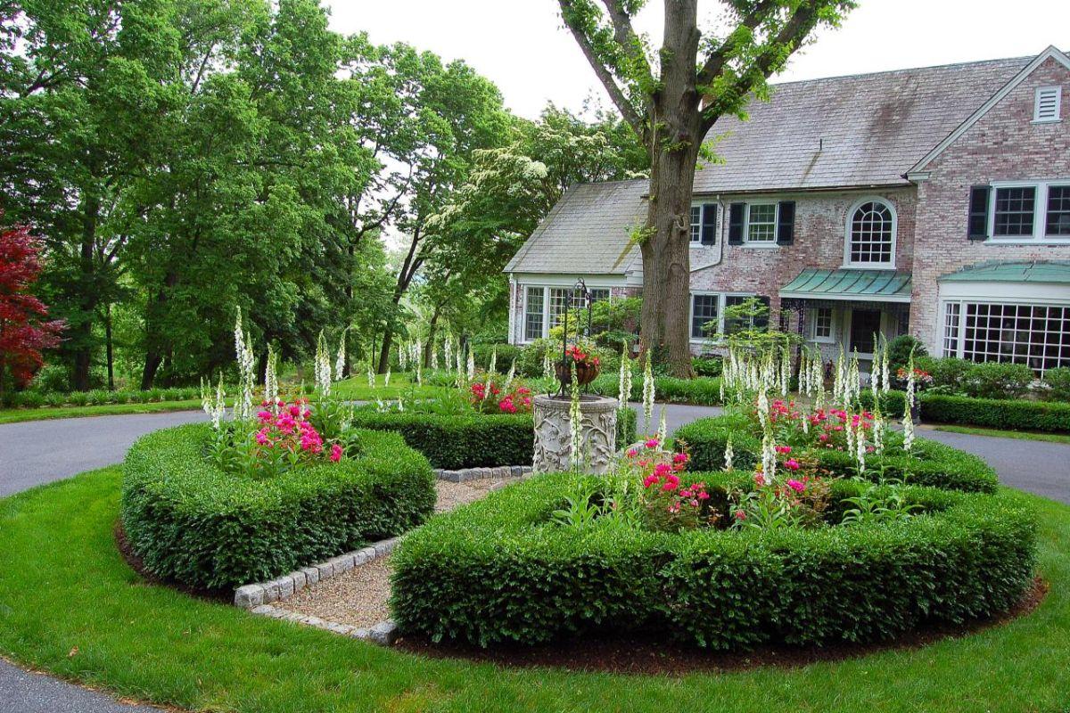 дизайн садового участка в виде круглой клумбы