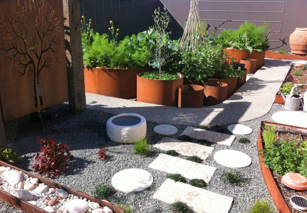 дизайн садового участка интересные ёмкости для растений