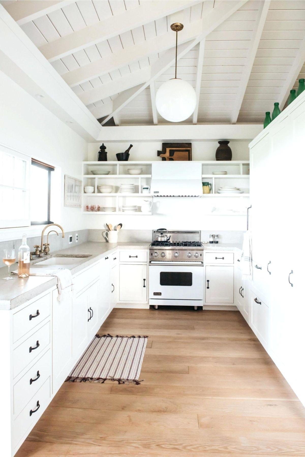 дизайн узкой белой кухни пример интерьера
