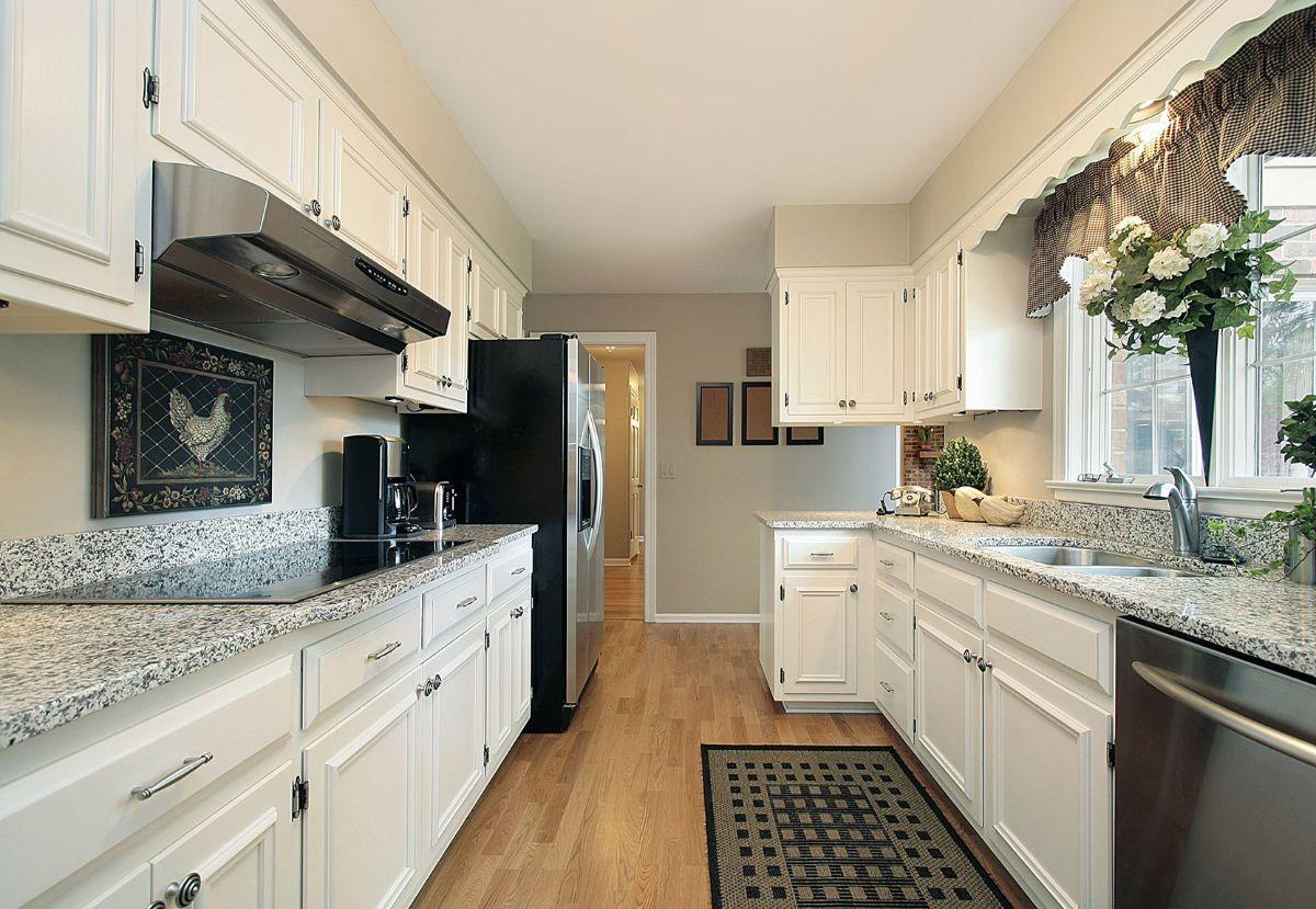 дизайн узкой белой кухни с чёрными акцентами