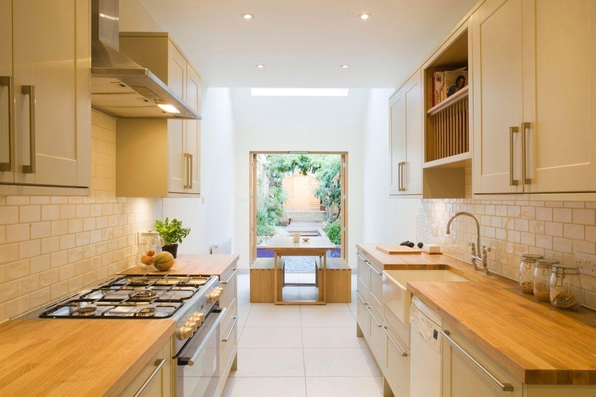 дизайн узкой бежевой кухни