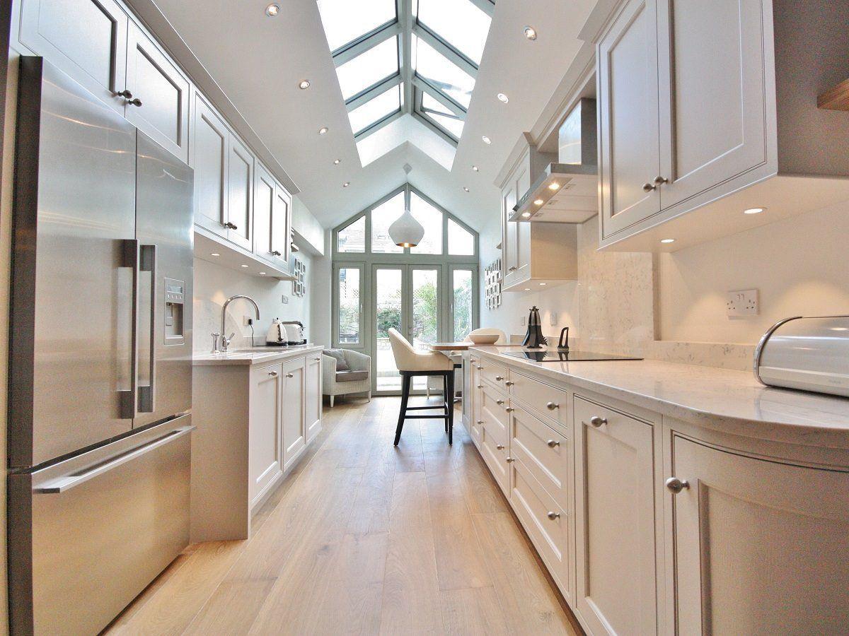 дизайн узкой длинной кухни в кофейном цвете