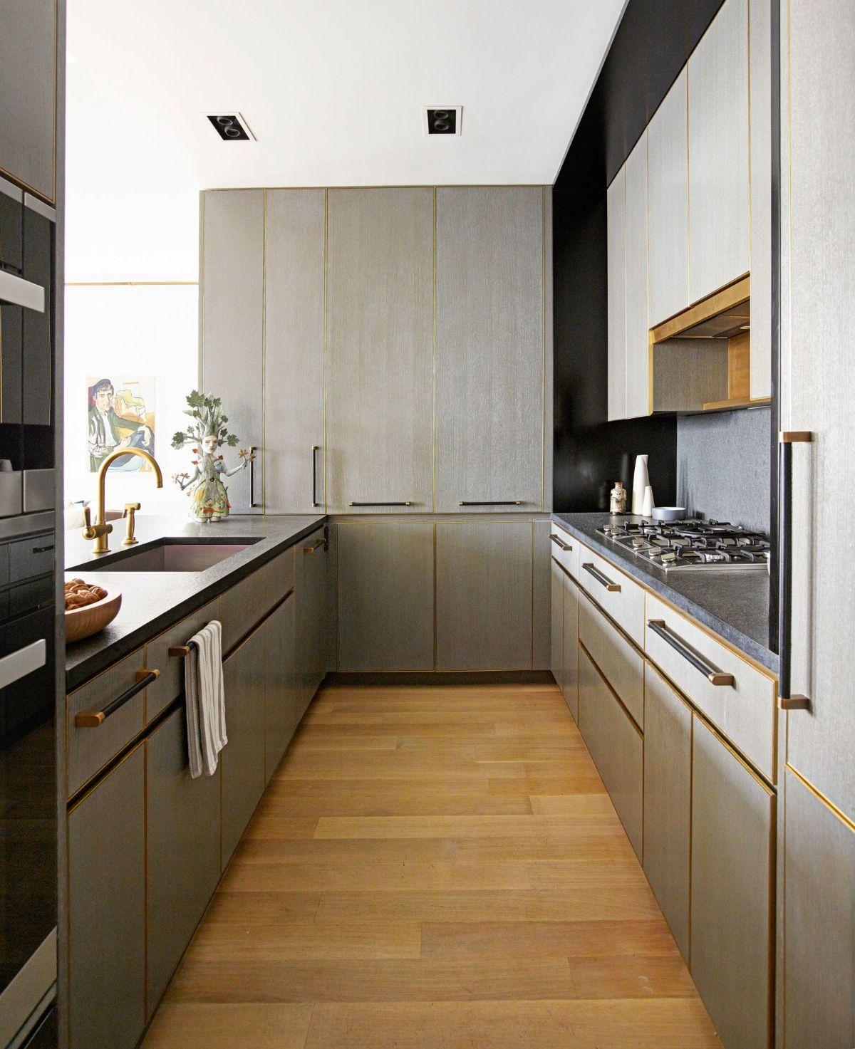 дизайн узкой кухни гарнитур цвета мокрого асфальта