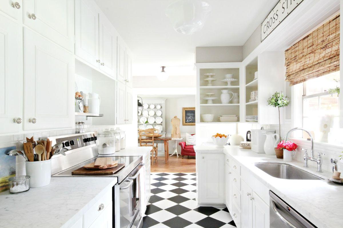 дизайн узкой кухни напольная плитка в шахматном порядке