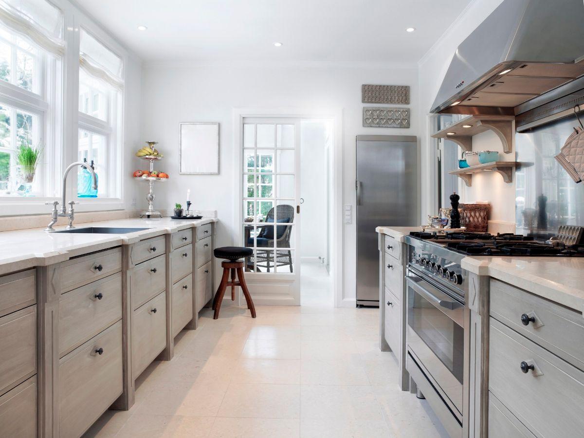 дизайн узкой кухни с елементами классики