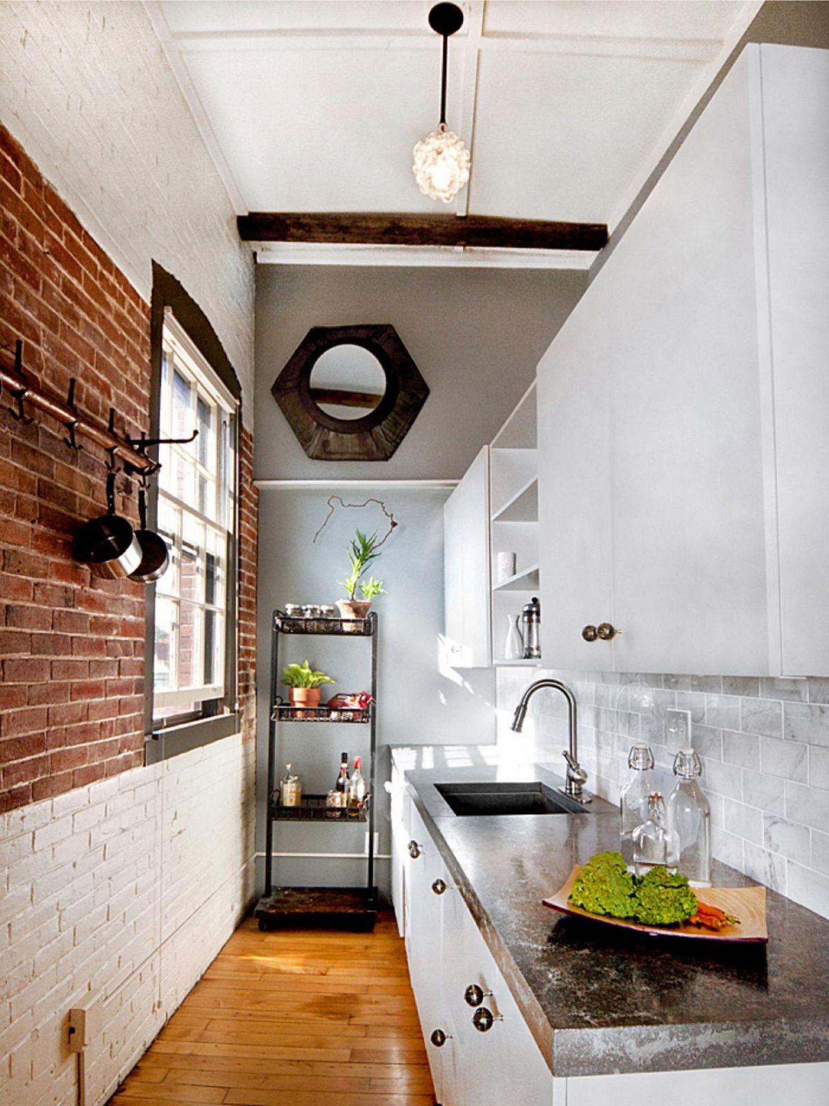 дизайн узкой кухни с кирпичной кладкой