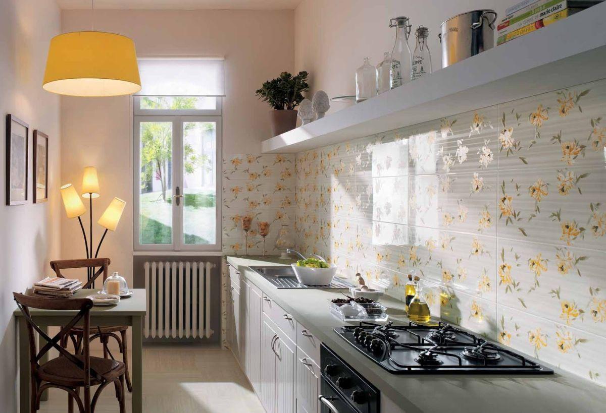 дизайн узкой кухни с полкой вместо шкафов