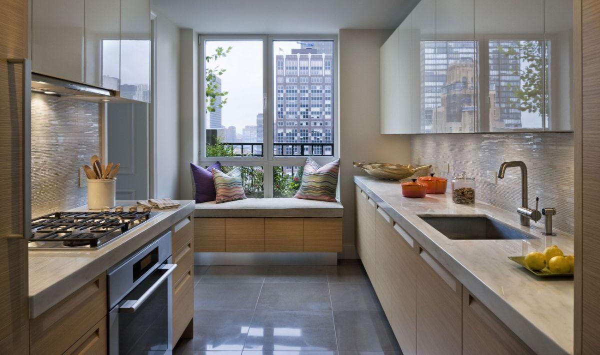 дизайн узкой кухни с зоной отдыха