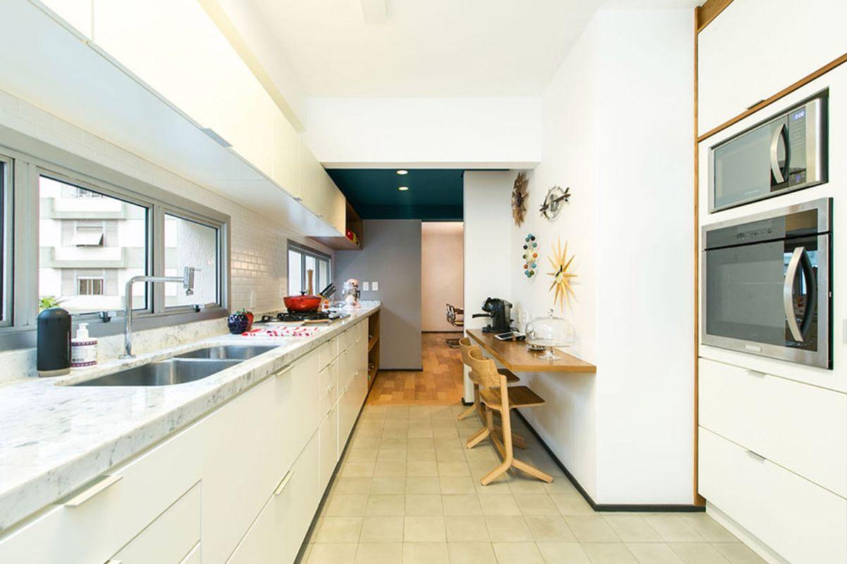 дизайн узкой кухни современный интерьер в светлых тонах