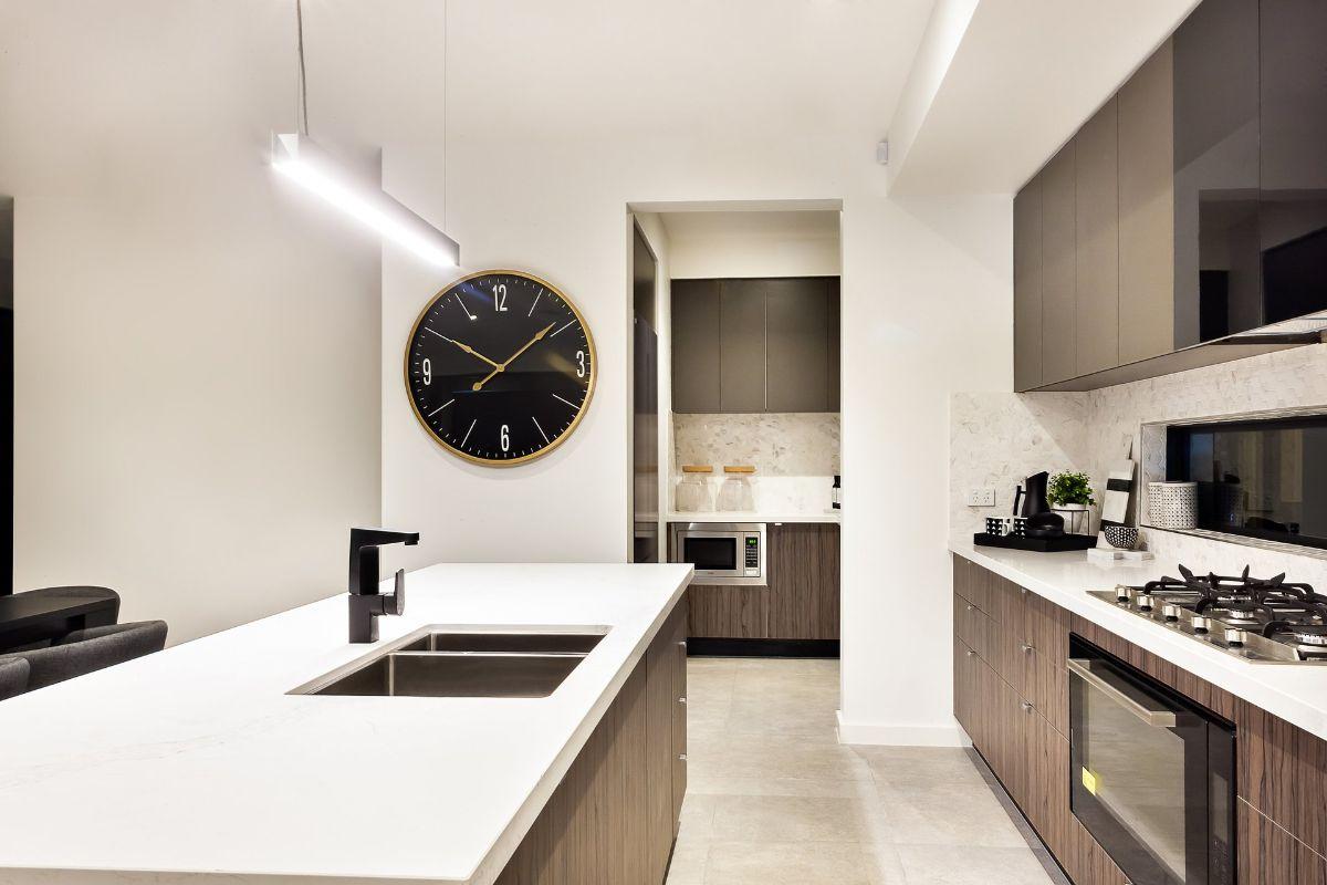 дизайн узкой кухни современный интерьер