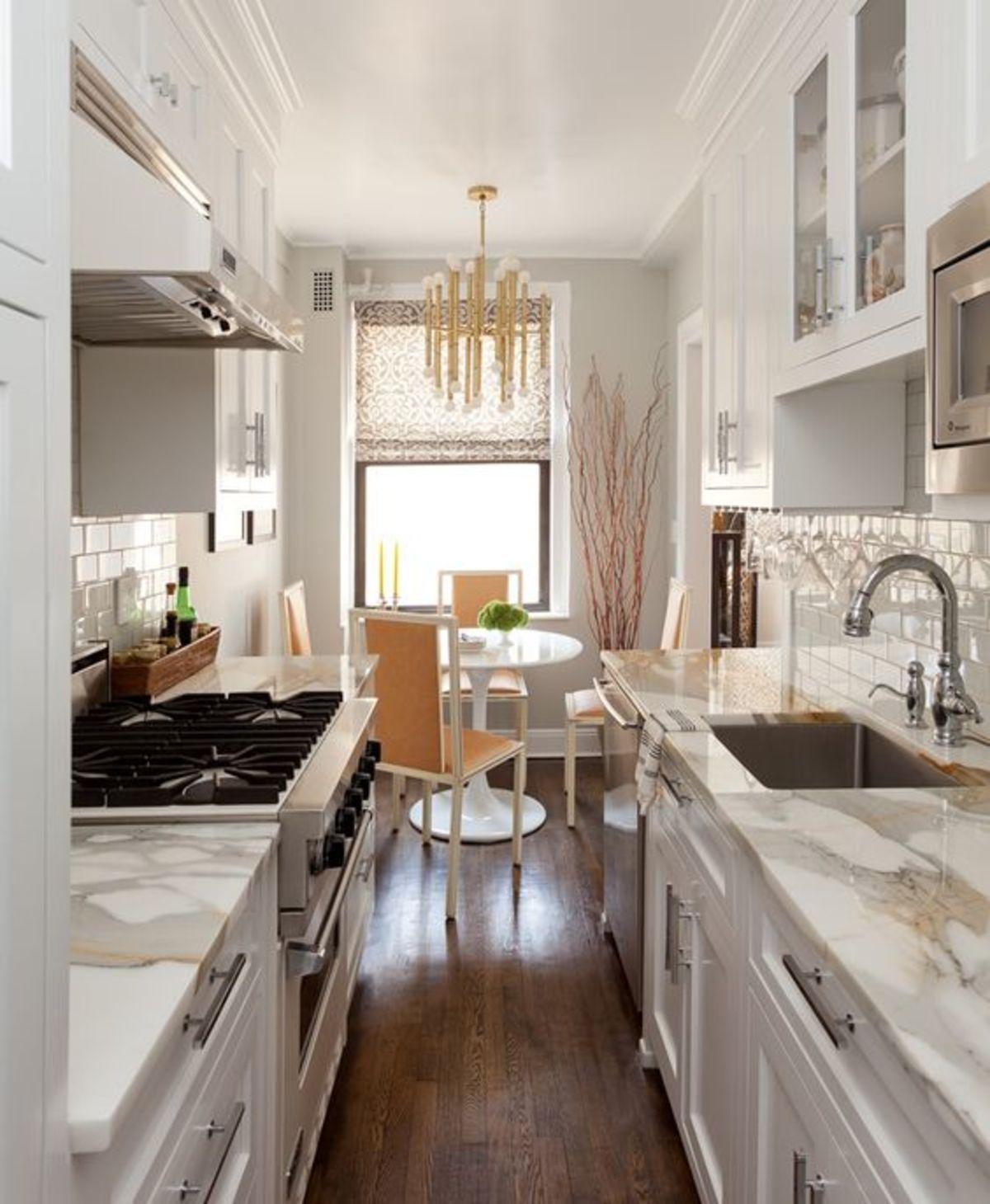 дизайн узкой кухни столешницы под мрамор
