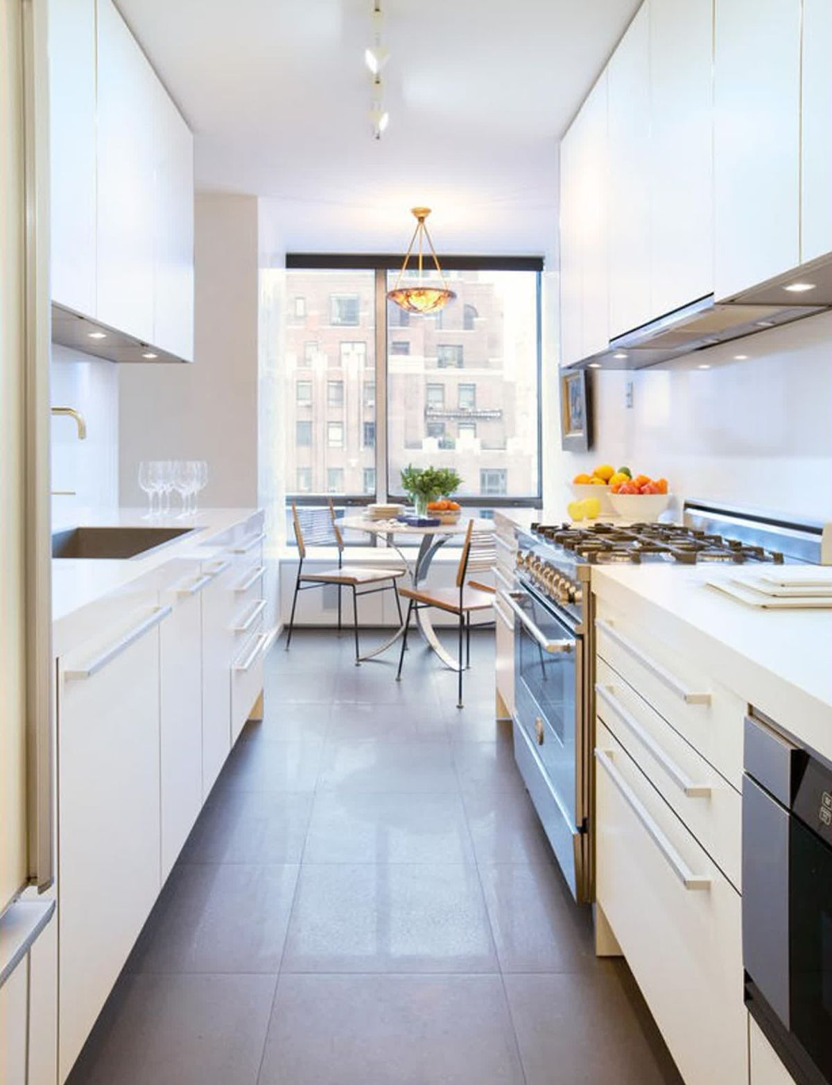 дизайн узкой кухни в белом цвете минимализм