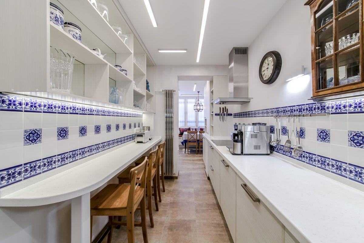 дизайн узкой кухни в белом цвете