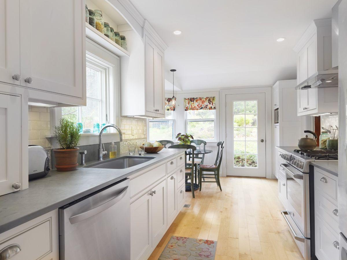 дизайн узкой кухни в частном доме