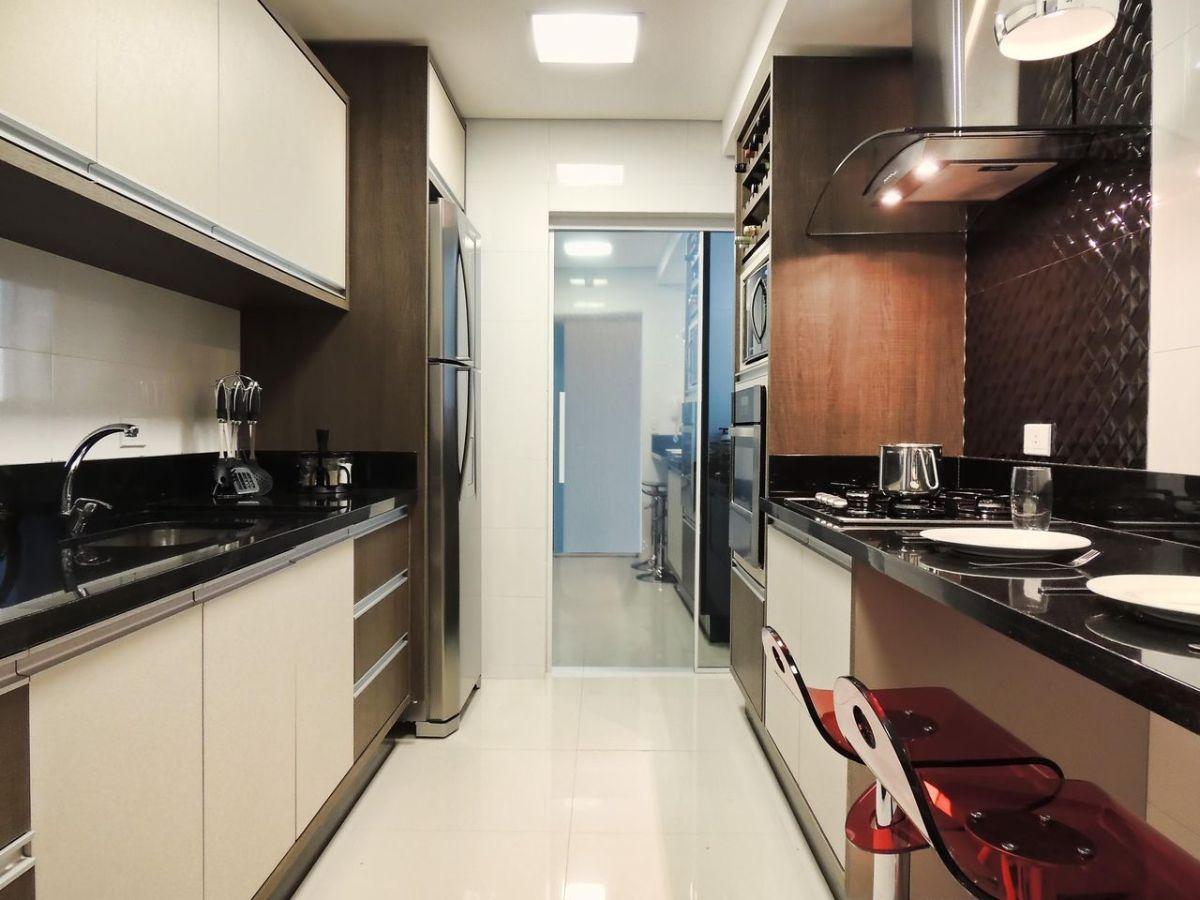 дизайн узкой кухни в чёрно-бело-бежевом исполнители