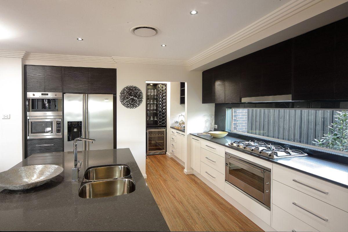 дизайн узкой кухни в чёрно-белом цвете