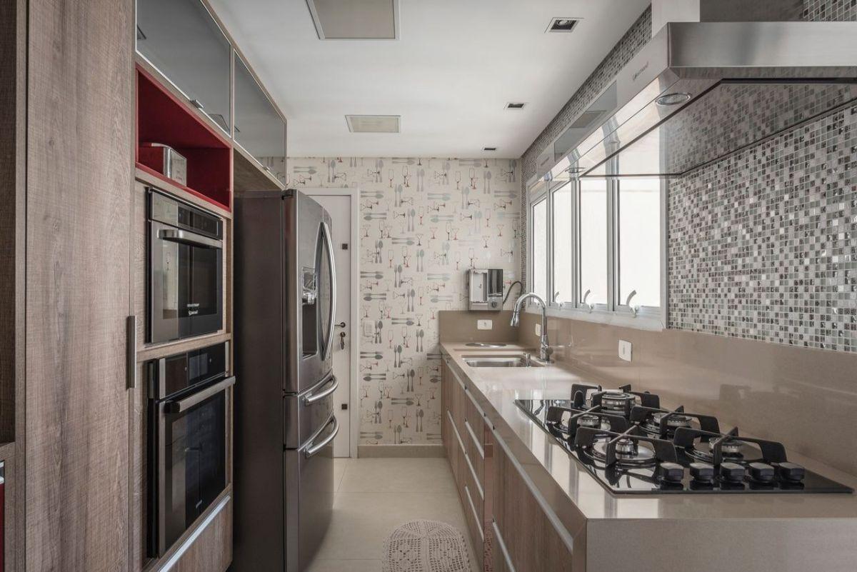 дизайн узкой кухни в кофейном цвете