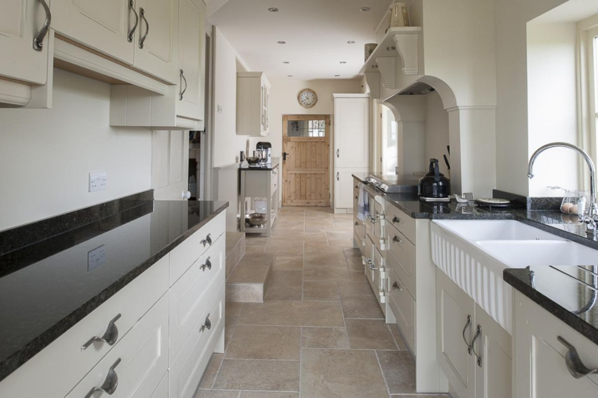 дизайн узкой кухни в кремовом цвете