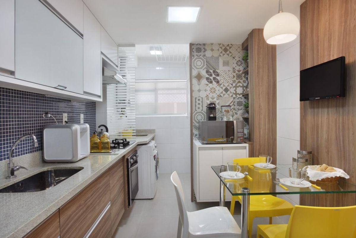 дизайн узкой кухни в небольшой квартире