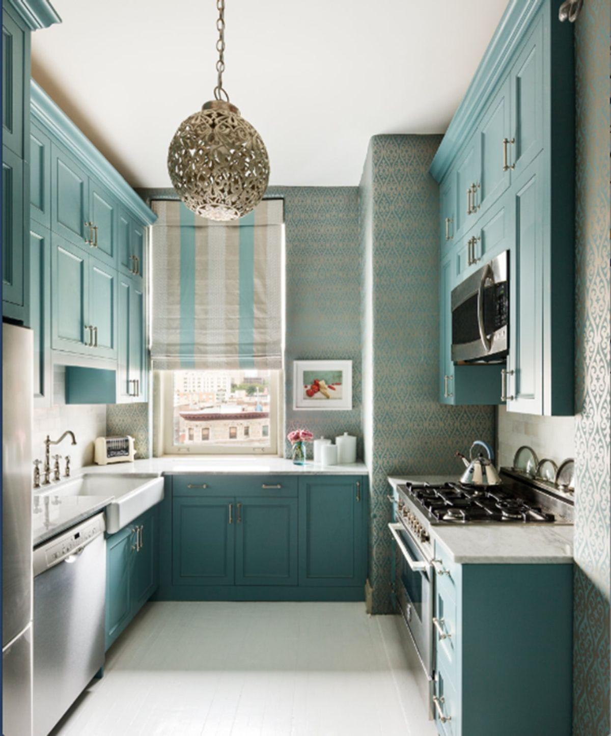 дизайн узкой кухни в оливковом цвете