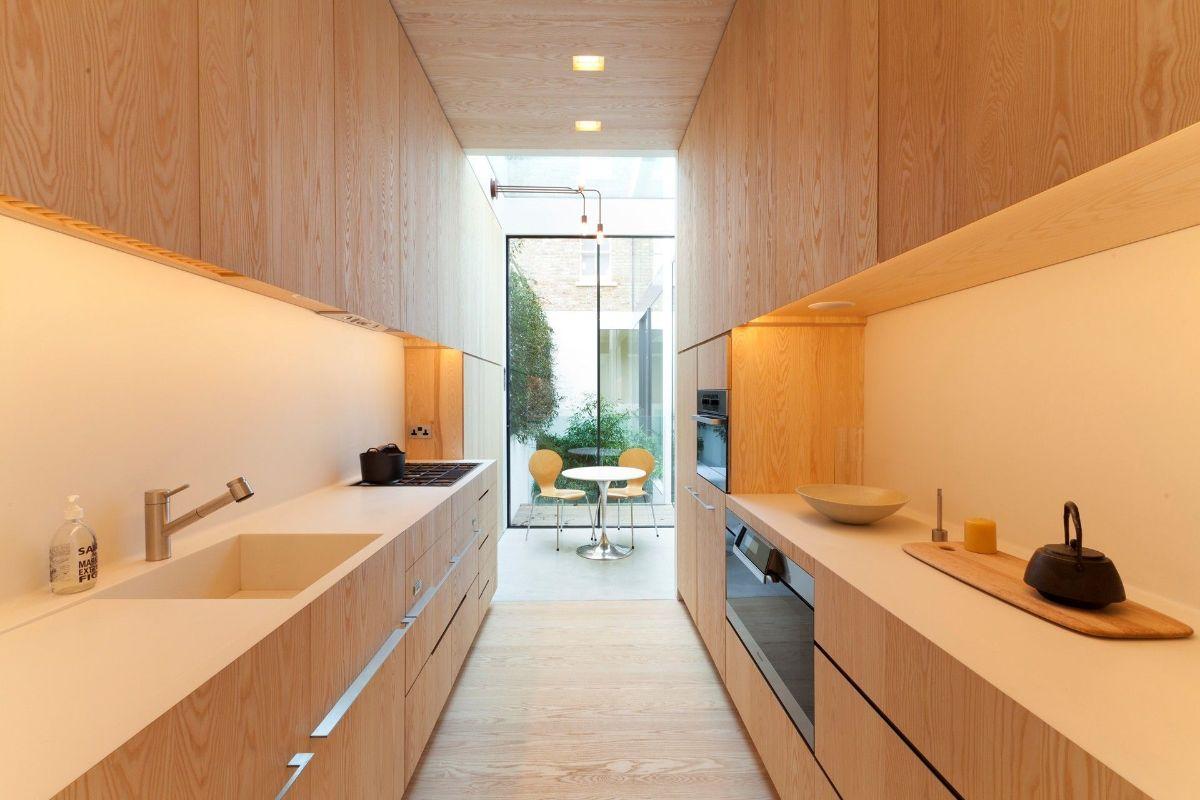 дизайн узкой кухни в оранжевом цвете