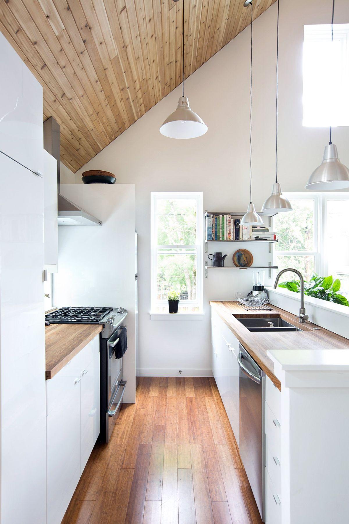 дизайн узкой кухни в скандинавском стиле в мансарде