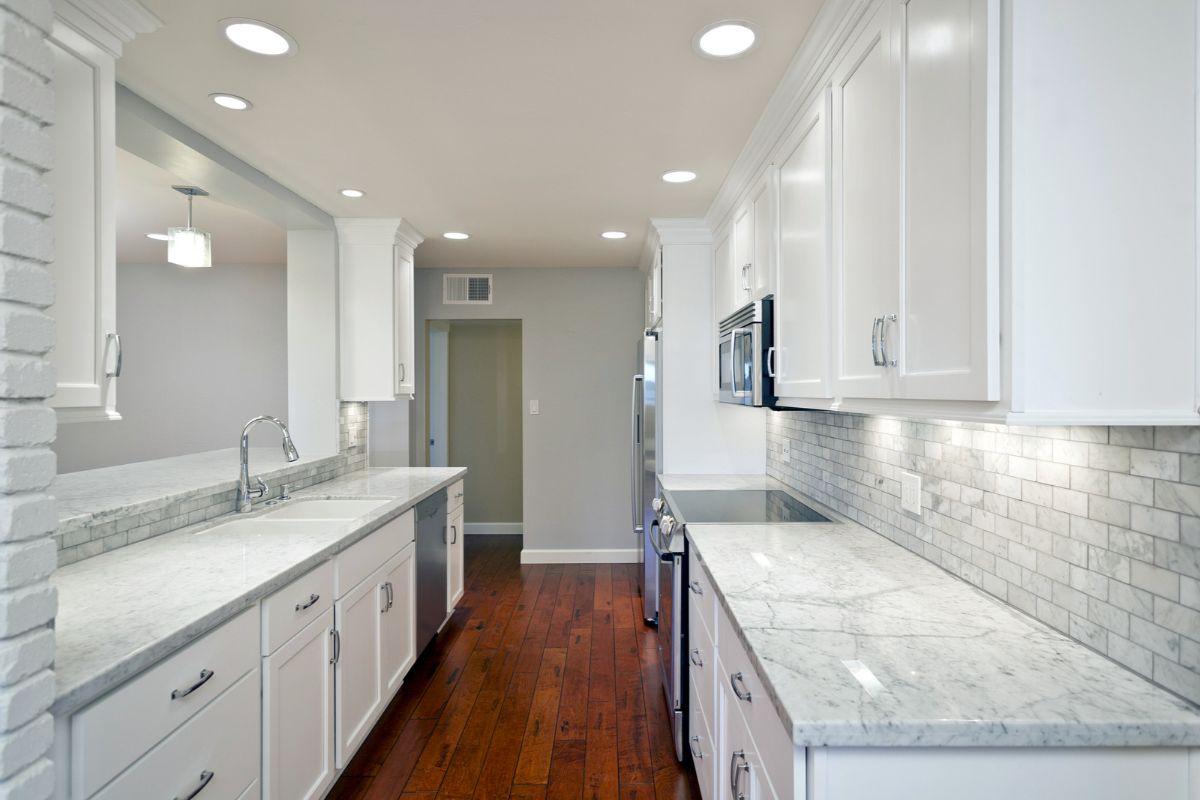 дизайн узкой кухни в светлом цвете