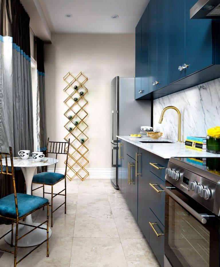 дизайн узкой кухни в тёмно-синем цвете