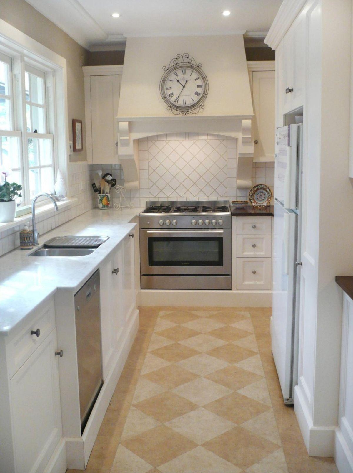 эффектный дизайн узкой бежевой кухни