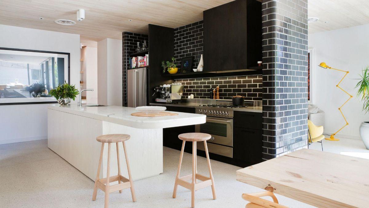 эффектный дизайн узкой чёрно-белой кухни гостиной