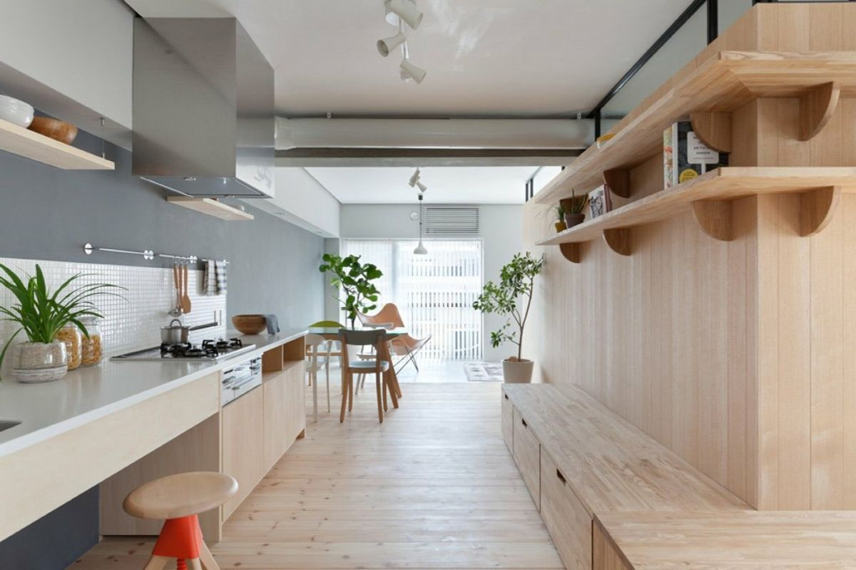 эффектный дизайн узкой кухни в частном доме