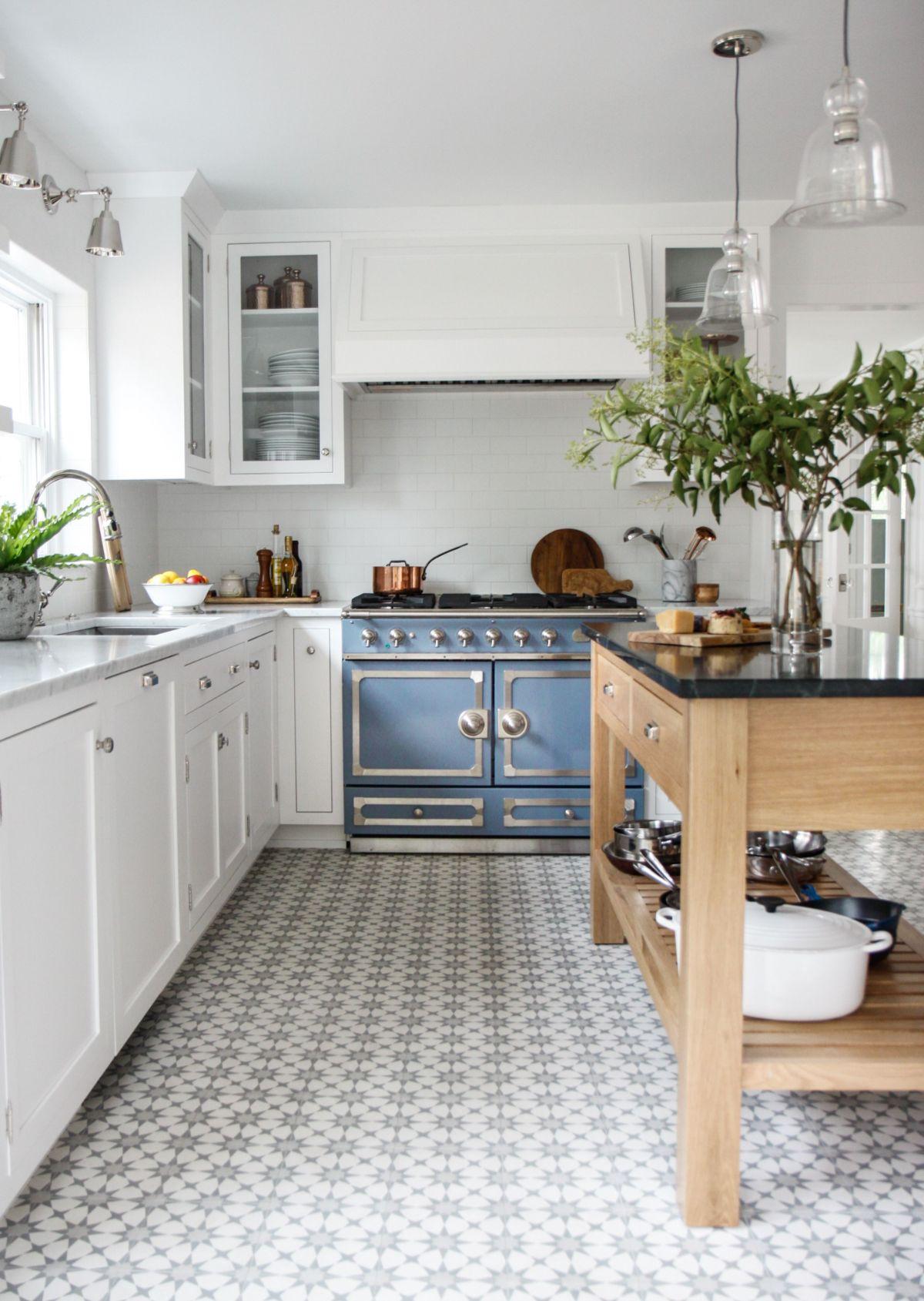 эффектный дизайн узкой кухни