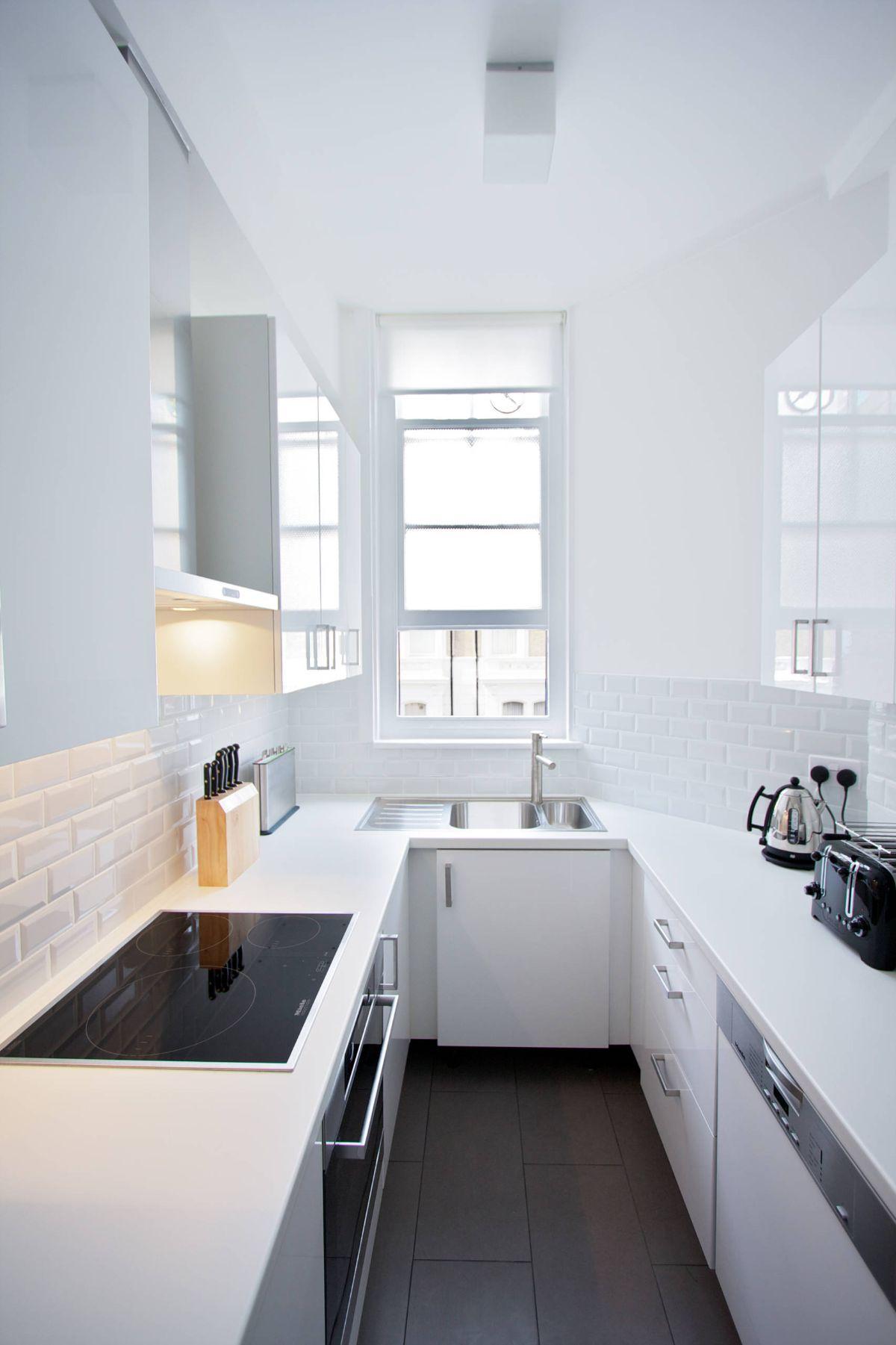 интересный дизайн узкой кухни в белом цвете