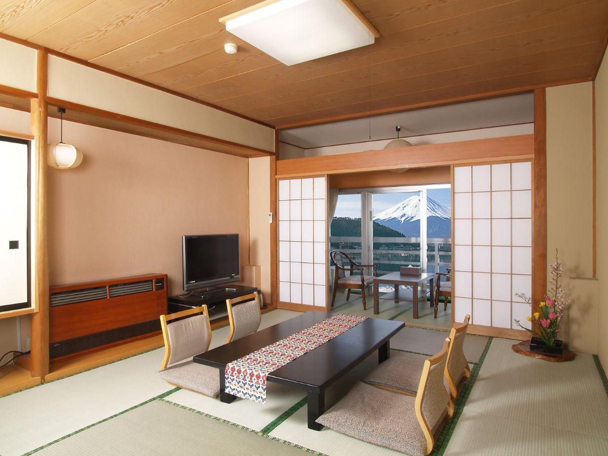 интерьер просторной гостиной в японском стиле