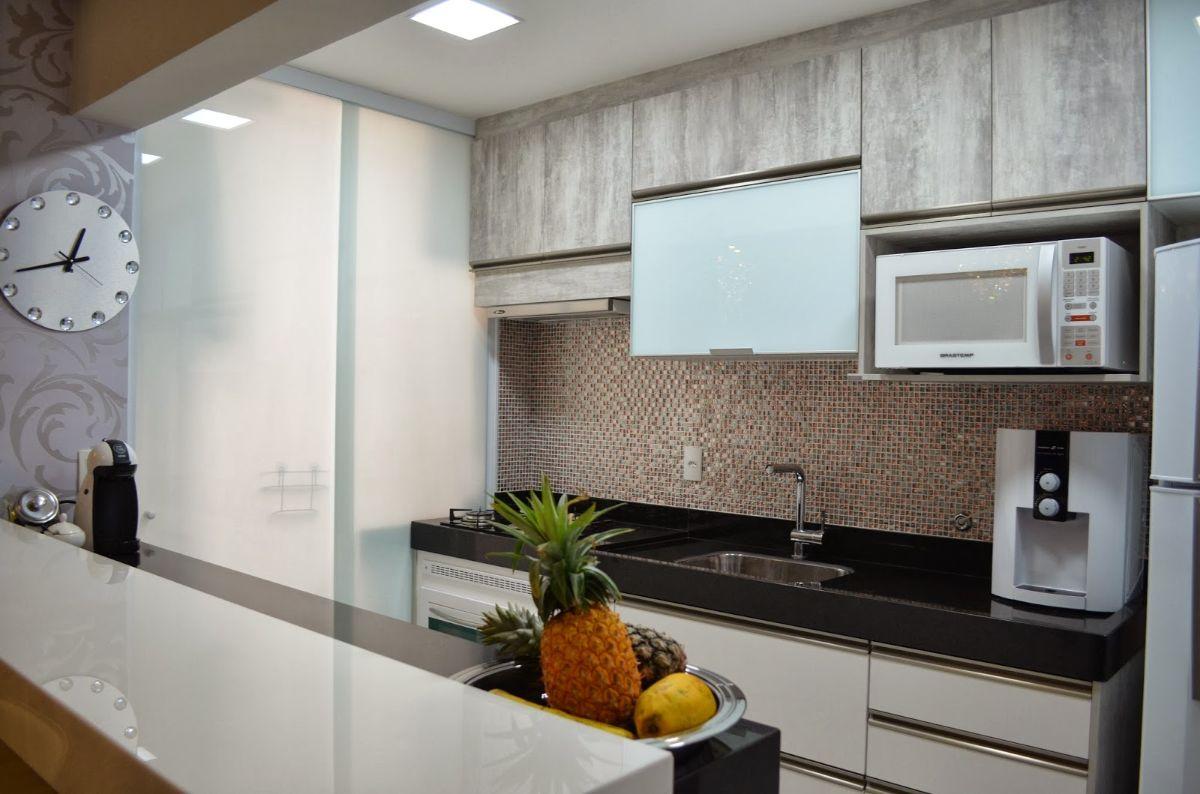 лаконичный дизайн узкой кухни