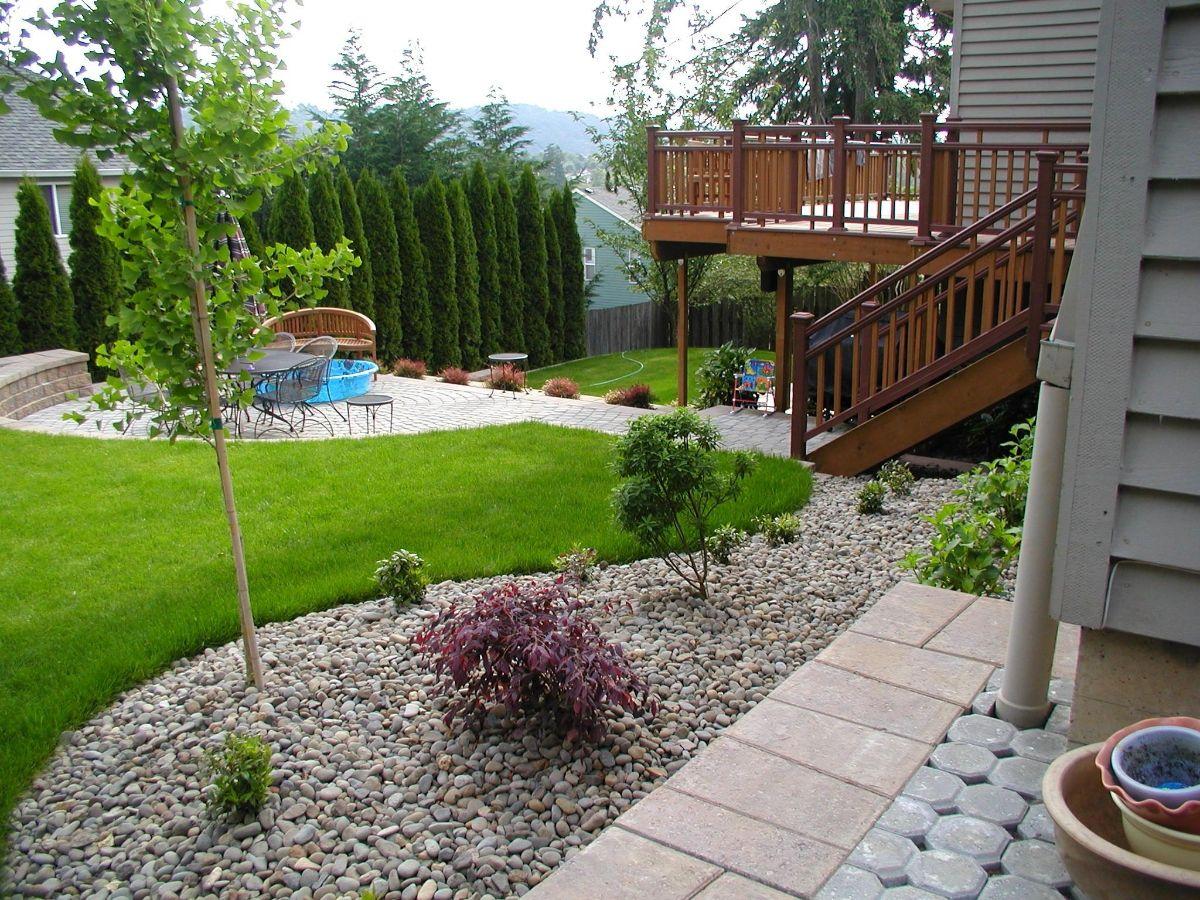 продуманный дизайн садового участка со склоном