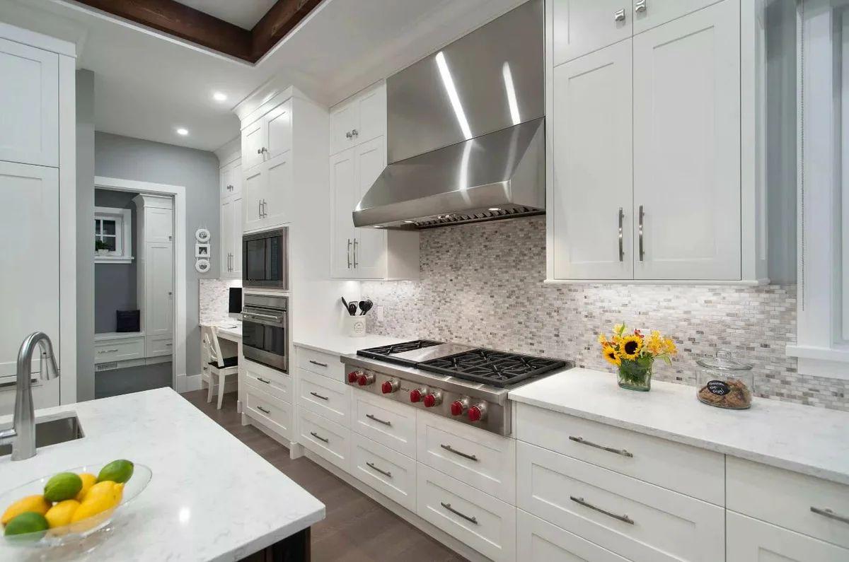 респектабельный дизайн узкой кухни